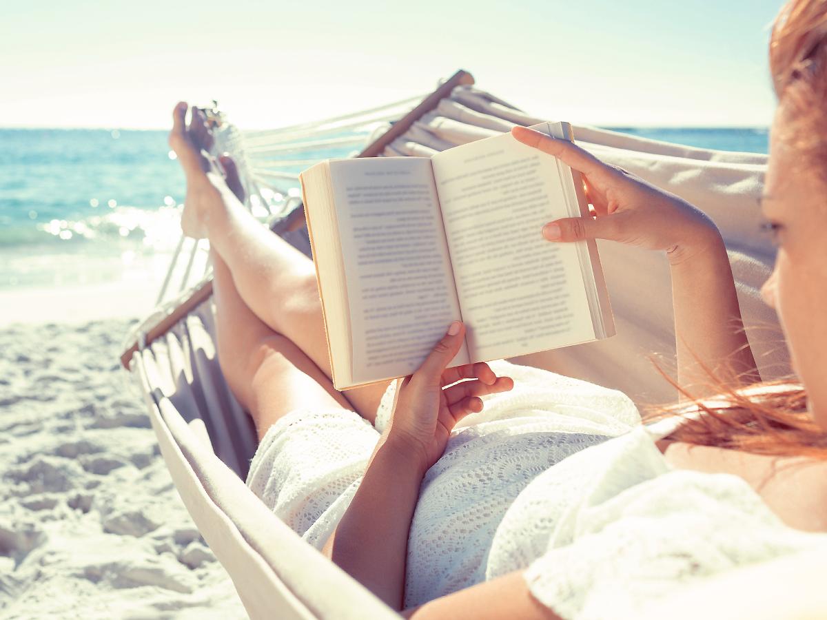 Книгите, които трябва да сложиш в плажната чанта през август