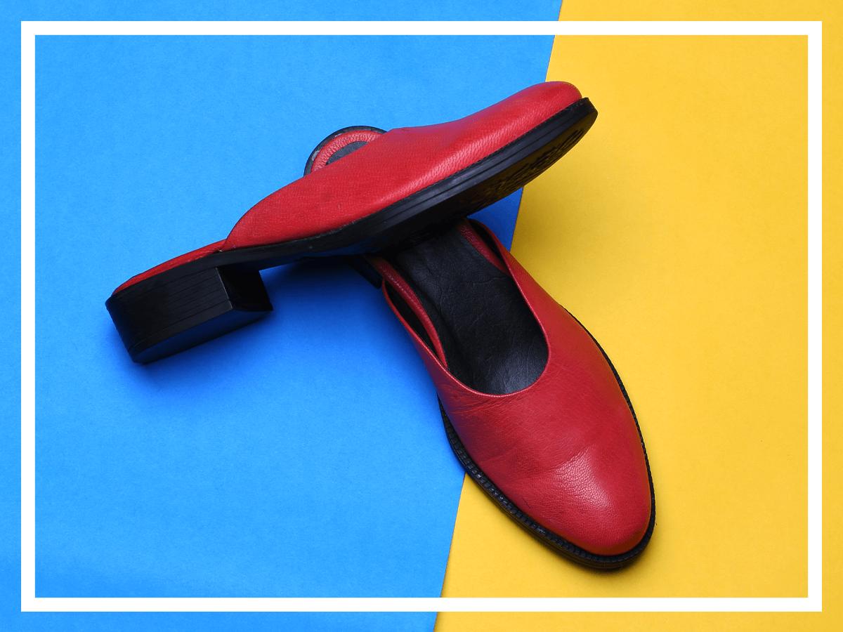 Как да съчетаваме така актуалните чехли това лято?